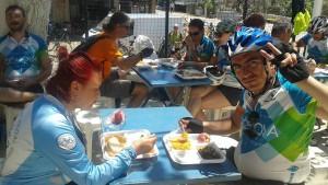 Okul bahçesinde bir öğlen yemeği
