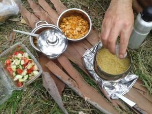 Menüde tavuk sote, bulgur pilavı ve salata vardı