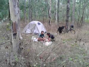 Rüzgar sebebiyle kampı ağaçlık alana kurmaya karar verdik.