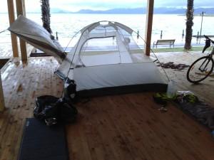 Gece yoğun yağmurdan su alan çadırımızı kurutmaya çalışırken